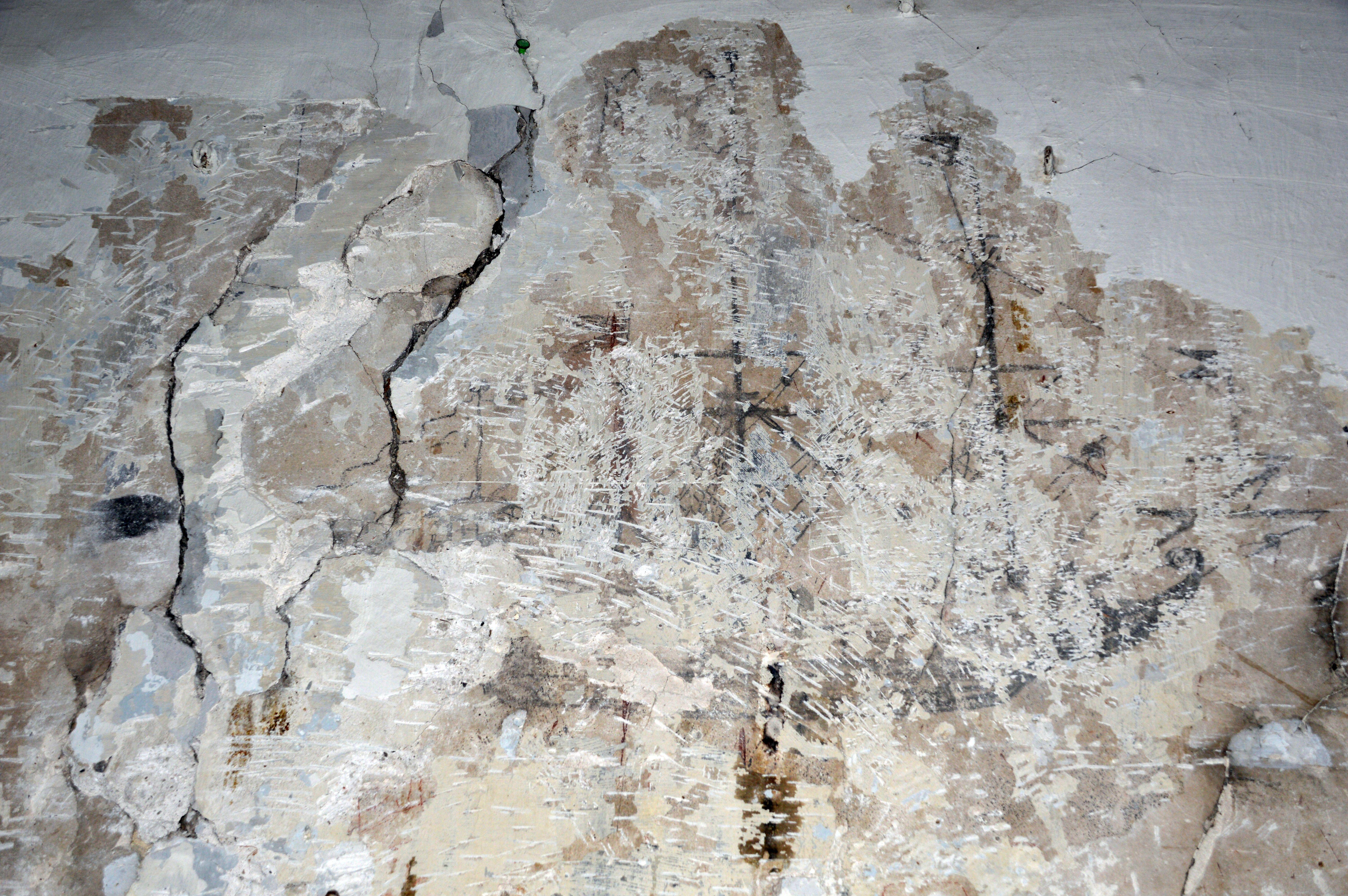 Graffiti en hébreu gravé dans l'enduit