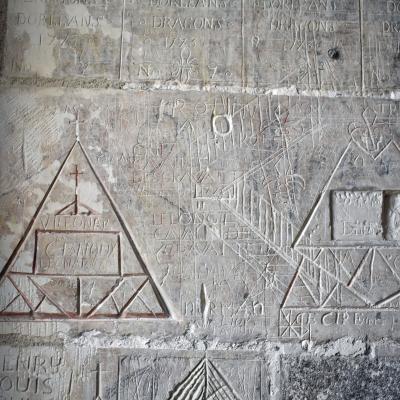 Graffitis gravés dans la pierre