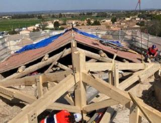 La nouvelle charpente du transept de l'église a été installée